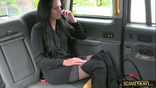 Circula foarte des cu taxiul pentru ca uneori poate face sex cu soferul gratis