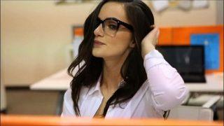 Profesoara bruneta care poarta ochelari si este foarte sexy cand suge pula
