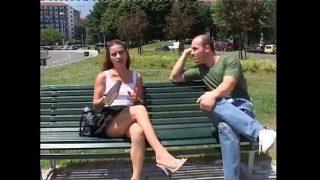 Combina la o tarfa slabuta cu sanii mici pe o banca in parc si ii spune ca doreste sa faca