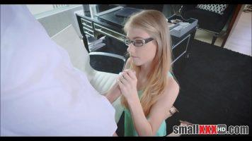 Blonda cu sanii foarte mici care doreste sa fie fututa in gura si in pasarica