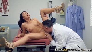 Merge la un control la pizda la doctor dar acesta se indragoste de corpul ei si