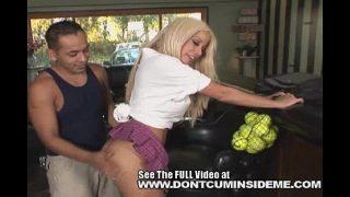 Blonda cu tatele frumoase care ii place sa faca sex dupa ce joaca tenis de camp cu un tip