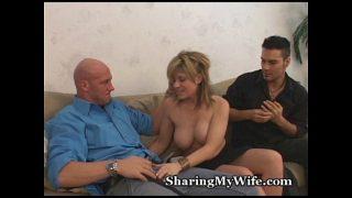 Blonda tatoasa ce si-o trage in grup cu doi masculi potenti ce ii ofera si