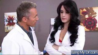 Doctorita sexi foarte dedicata care isi verifica pacientii si le face si sex oral