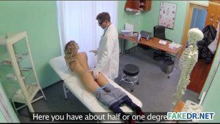 Blonda creata fututa de un doctor ginecolog cand acesta ar trebui doar sa o controleze