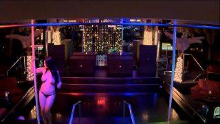 Danseaza intr-un club de noapte dezbracata sa faca barbatii sa isi doreasca sa intretina