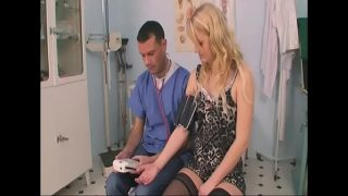 Blonda ce vine la doctor pentru un consul medical dar asistentul lui o executa cu pula