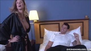 La camera de hotel bate la usa o femeie care spune ca trebuie sa il satisfaca