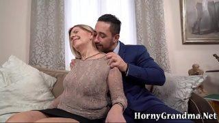 Matura indecenta care ii suge pula unui barbat mult mai tanar decat ea