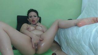 Dupa ce face un dans senzual la webcam aceasta femeie matura se pune pe treaba si incepe