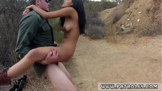 Tanara are funduletul foarte flexibil si stie cum sa se comporte cand face sex in camp