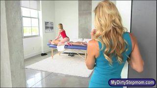 Sedinta de masaj de relaxare care se duce spre o partida de sex cu doua femei blonde ce