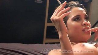 Este fututa in timp ce fumeaza o tigara o femeie de culoare care este obisnuita