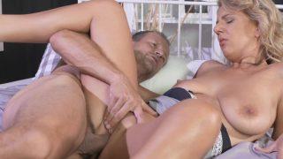 Milfa cu pretentii sexuale iesite din tipare ce face sex